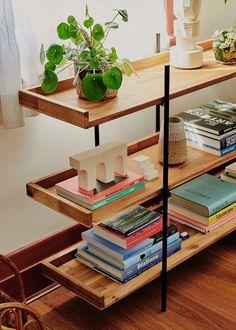 Ιδέες για αποθήκευση βιβλίων και πως να διακοσμήσεις τα ράφια σου Soft Lighting, Furniture, Interior Decorating, Interior, Bedding Set, Decor Interior Design, Home Decor, Melbourne House, Home And Living