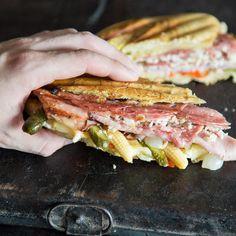 Nach einem harten Tag wartet Sloppy Joe auf dich. Brate das Fleisch an, buttere das Brot und grille dein Sandwich mit saftigem Hack und Cheddar.