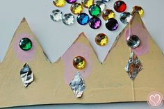A Three Kings Day crowns craft that preschoolers can do all on their own! They even help create their own crown template! Add this kids crown craft to your Dia de Reyes celebration. 3 Kings Day Crafts, 12 Days Of Christmas, Xmas, King Craft, Crown Crafts, Crown Template, Man Crafts, Three Wise Men, Kings Crown