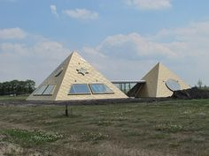 Not far from where we live in Almere Haven this special pyramide home has built by Robert van Harten and two friends who were always fascinated by Egyptian culture.