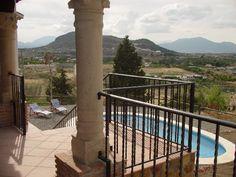 #Vakantiehuis Málaga,Andalusië Alhaurin el Grande | Villa Alegria ligt op een heuvel net buiten Alhaurín el Grande in #Andalusië. Vanaf de verschillende terrassen heb je een adembenemend 360 graden uitzicht over de #Guadalhorce Vallei, richting de Sierra Nevada, de bergen richting Ronda en op de altijd groenblijvende Sierra de Mijas.