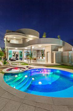 Casa com curvas, arquitetura contemporanea e de cores cleans ❤