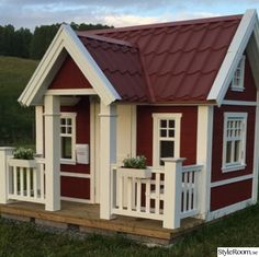 Building your little one a playhouse in the backyard will surely make them happy. There are a few things you should know before you build a playhouse for kids. Outside Playhouse, Playhouse Kits, Build A Playhouse, Playhouse Outdoor, Wooden Playhouse, Play Houses, Backyard, Outdoor Structures, Mansions