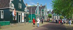 De Zaanse Schans trekt ieder jaar honderdduizenden bezoekers uit binnen en buitenland. Veel gebouwen stonden oorspronkelijk op een andere plek in de Zaanstreek.