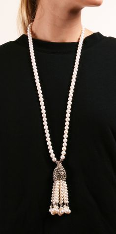 A pearl necklace is such a classic piece of jewelry that it works for almost any occasion. Pearls have an effortless elegance about them and can be dressed up or dressed down. When you wear your pe… Pearl Jewelry, Gold Jewelry, Beaded Jewelry, Jewelery, Vintage Jewelry, Jewelry Accessories, Fine Jewelry, Jewelry Necklaces, Jewelry Design