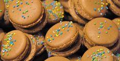 ENGLISH | NORSK I morgen er det sommerfest i barnehagen, og jeg har bakt en av de mange kakene til kakebordet. Selv til en slik anledning kan man lage makroner! Velg en enkel og mild variant, og de faller i smak blant både store og små. Jegvalgte å lageen makron fylt med sjokoladekrem laget av … Cake Bars, Macaroons, Sugar, Cookies, Chocolate, Desserts, Blog, Sweet Stuff, Macaroni