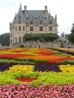 castillo muy grande con muchas  flores de muchos colores