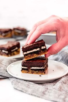 Slutty Brownies are an over-the-top triple decker mashup of chocolate chip cookie dough, double stuff Oreos, and fudgy brownies all in one dessert! This is one dessert that is hard to resist, and you might feel guilty about it afterwards, but you can't help wanting more. #brownies #oreos #chocolatechipcookies #bars #best #homemade #fromscratch #easy #dessert Oreo Bars, Oreo Brownies, Chocolate Chip Cookie Bars, Brownie Bar, Chocolate Brownies, Slutty Brownies Recipe Easy, Brownie Recipe Video, Brownie Recipes, Double Stuffed Oreos