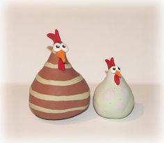 poules en fimo (environs 7/8 cm et 4.5 cm de haut)