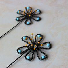 Kytička+pomněnka+Zápichy+do+květináče+ve+tvaru+květiny+podle+mého+vlastního+návrhu+v+bledě,+modré+barvě.+Zápichy+jsou+z+černého+železného+drátu+a+použity+jsou+na+nich+beldě,+modré+a+malé,+žluté+korálky.+Délka+zápichu+je+30+cm+a+průměr+kytky+je+8+cm.+Železný+drát+je+ošetřen+přírodním+olejem+s+voskem.+Ale+časem+může+ve+vlhku+zreznout.+A+tím+získá+patinu,...