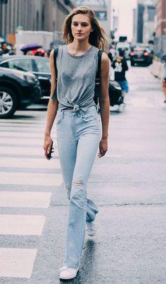 Street style look com nó na blusa.
