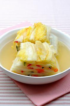 여름밥상에 꼭 올리는 백김치. 더운여름에 먹으면 더욱 맛이 배가 되는 김치에요. 하얗게 깔끔하게 담군 백... Vegetable Recipes, Meat Recipes, Asian Recipes, Vegetarian Recipes, Cooking Recipes, Korean Side Dishes, K Food, Food Menu, Food Design