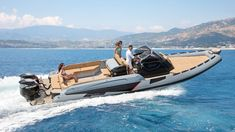 The Ranieri Cayman Executive is the flagship of the Calabrian shipyard. Despite its length, it is still a boat, so it does not have to be registered. Dinghy, Motor Boats, Sailing, Two By Two, Boats, Tourism, Cruise, Rome, Jon Boat