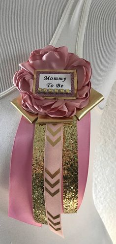 This Mommy To Be Pin is a stylish way to match with your baby shower theme!It Can me made for Mommy To Be, Grandma To Be, & Aunt To Be! Work Baby Showers, Distintivos Baby Shower, Baby Shower Prizes, Floral Baby Shower, Baby Shower Gender Reveal, Baby Shower Themes, Babyshower Prize Ideas, Shower Ideas, Mommy To Be Pins