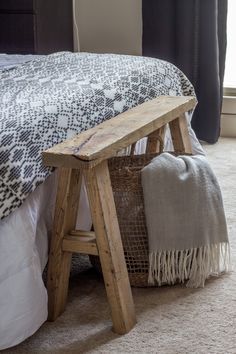 DIY End of Bed Wood Bench - Savvy Apron - - Build an easy DIY wood bench for the end of a bed. This project is fun to build and it looks beautiful. Scrap Wood Projects, Easy Woodworking Projects, Furniture Projects, Diy Furniture, Easy Small Wood Projects, Recycled Wood Furniture, Rustic Wood Furniture, Concrete Furniture, Cabin Furniture