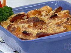 Aipim e Linguiça. 1- Numa panela coloque 1 caixa de molho de tomate (520 g), 500 g de lingüiça toscana aferventada, cortada em rodelas, 200 ml de leite de coco, 500 g de mandioca em cubos, cozida e tempere com sal, cheiro verde e pimenta-do-reino a gosto. Misture bem e leve ao fogo médio por +/- 5 minutos, mexendo de vez em quando, apenas para encorpar o molho.  2- Transfira para um refratário polvilhe 200 g de queijo parmesão ralado e leve ao forno pré-aquecido a 220 graus por +/- 10 minutos.