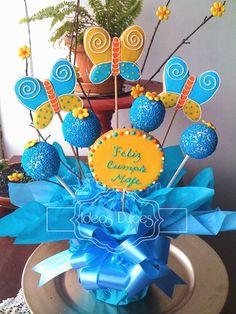 Arreglo de galletas de mariposas y cake pops para el cumple de Mafe