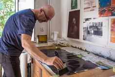 Have a look at Mirek Niesyto experimenting with a gum bichromate printing. His research focuses mainly on obtaining the effect of a painting.  Fot. Bartosz Cygan