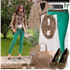 Jeans en colores con accesorios neutrales