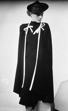 Vestido y abrigo a tono en negro con ribetes blancos de la primavera de 1938.Balenciaga