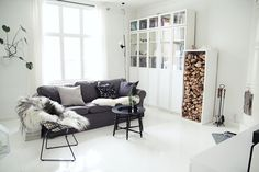 Living room in winter Black And White Interior, Living Spaces, Living Room, Barcelona Chair, Home And Living, Interior Inspiration, Dining Bench, Ikea, New Homes