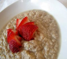 Spiced Strawberry Coconut Oatmeal by the veggie nook- low oxalate Clean Eating Breakfast, What's For Breakfast, Breakfast Recipes, Dessert Recipes, Vegan Breakfast, Coconut Recipes, Gluten Free Recipes, Coconut Oatmeal, Coconut Flour