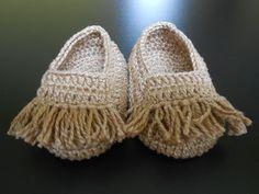 SAPATINHO ESTILO MOCASSIM: de crochê em linha 100% algodão com aplicação de franjas ao estilo mocassim.  Tradicionalmente nas cores bege ou preto; também fica lindo em marinho.  Solicite na cor de sua preferência.  Acompanha embalagem em filó.    Tamanhos:  P - 8 cm - RN,  M - 9 cm - 0 a 3 meses,  G - 10 cm - 3 a 6 meses. R$ 35,00.