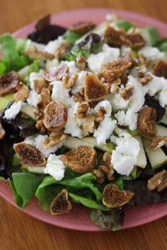 Bereiden: Was de sla en schik de blaadjes mooi op enkele bordjes. Snijd de peren in blokjes en strooi deze over de salade. Verdeel ook de geitenkaas, de walnoten en de plakjes vijg over de bordjes. Werk af met enkele druppeltjes walnootolie.