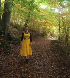 I am presenting you my MeMade Yellow cord dress. You need only 2 meters f fabric to do one. I do also made my won pattern dor this dress. Now I can imagine it in this pretty autumn. Cord, Sewing Projects, Autumn, Yellow, Pretty, Fabric, Pattern, Dresses, Tejido
