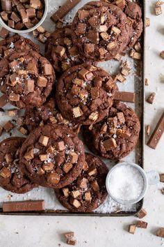 Kit Kat Cookies with Chocolate Chunks Baking Recipes, Cookie Recipes, Dessert Recipes, Baking Ideas, Galletas Kit Kat, Yummy Treats, Delicious Desserts, Sweet Treats, Kit Kat Cookies