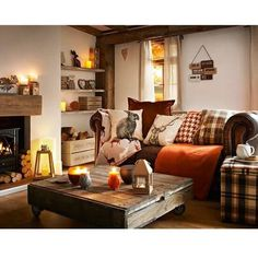 Simple ways to adjust your fall home decor whether you have a rustic, elegant or. Simple ways to adjust your fall home decor whether you have a rustic, elegant or minimalist home. Here& 5 easy ways to add cozy to your fall home decor. Cottage Living Rooms, Home Living Room, Living Room Designs, Woodland Living Room, Cosy Living Room Warm, Cosy Living Room Decor, Country Living Room Rustic, Country Lounge, Warm Colours Living Room