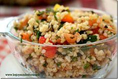 Le taboulé libanais est une salade fraiche, légère, a base de boulgour , légumes et herbes. La recette d'origine ne contient pas de poivron, par contre elle