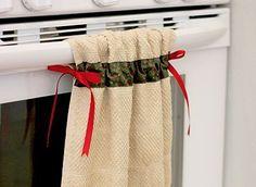 Você pode fazer uma linda e prática ideia com toalha de mão para cozinha, para proteger as suas mãos da alta temperatura do forno e decorar. Aprenda como Fazer Artesanato com Toalha de Mão para Cozinha Para fazer este artesanato você irá precisar de: 1 toalha de mão; Fita larga de sua preferência com a … Kitchen Linens, Kitchen Towels, Cottage Curtains, Cross Designs, Mug Rugs, Diy Home Crafts, Sewing Projects For Beginners, Couture, Dish Towels