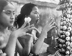 Offerings and prayers Bali Travel Guide, Asia Travel, Bali Lombok, Dutch East Indies, Lineage, N Girls, Paradise Island, Balinese, Borneo
