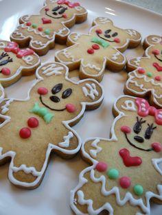 Mickey gingerbread man Gingerbread Man Cookies, Christmas Gingerbread House, Christmas Sweets, Christmas Goodies, Christmas Candy, Gingerbread Men, Christmas Baking, Christmas 2019, Christmas Crafts
