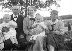 Helmer Olofsson (6/9 1889 - 4/10 1963) och hans fru Anna f. Högdahl (18/2 1892 - 9/1 1987) och deras barn. Till höger troligtvis pigan Hulda...