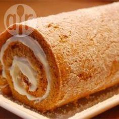 Kürbis-Biskuitrolle mit Frischkäsefüllung - Eine Biskuitrolle für alle, die Kürbiskuchen lieben: an den Teig kommt Kürbispüree, das man aus Kürbis leicht selbst machen kann, sowie Walnüsse. Gefüllt wird die Rolle mit einem cremigen Frischkäsefrosting.@ de.allrecipes.com
