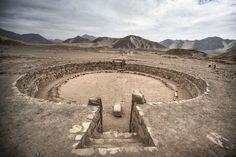 Un anfiteatro en Caral (Perú). Increíblemente, hace 5.000 años el culto al fuego ya utilizaba el Efecto Venturi (manejo de la energía del viento) para mantener las llamas sagradas