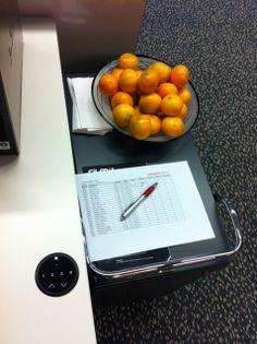Ziek worden? Dat kan niet, dus tijd voor vitamientjes dacht Erica en ze nam een schaal met mandarijnen mee.