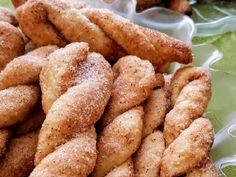 Εύκολα και νόστιμα κουλούρια με ζάχαρη και κανέλα που λιώνουν στο στόμα!!!    ΥΛΙΚΆ    – 2 ποτήρια ελαιόλαδο  – 1 ποτήρι κρασί  – 1 γεμάτη κουταλιά μπεικιν παουτερ  – 4 κτσ. Ζάχαρη  – 700γρ περίπου αλεύρι για όλες τις χρήσεις  – 1πιατο με Greek Sweets, Greek Desserts, Greek Recipes, Vegan Desserts, My Recipes, Sweets Recipes, Cookie Recipes, Greek Cookies, Greek Pastries