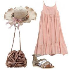Outfit romantico composto da un vestito di cotone rosa, con ricami sul davanti e spalline sottili, sandali di tela con applicazioni, cappello di paglia con applicazioni di rose, borsa di raso.