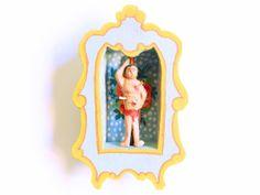 Este lindo oratório é todo feito com madeira de demolição, assim como a pequena escultura de São Sebastião. Todo feito a mão, tem o tamanho aproximado de 10 cm de altura. Feito para prender na parede, leva um pouco da religiosidade mineira para sua casa. R$ 38,00