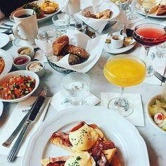 Das Benedict in der Uhlandstraße bietet Frühstück rund um die Uhr. Von fluffigen Pancakes über Granola und Omelettes bis hin zu Sandwiches und jeder Menge Eierspeisen.
