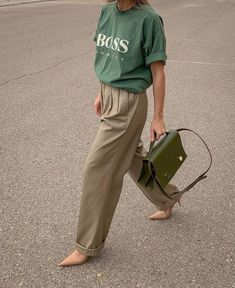 Move Over, Grandma—These 5 Grandpa Trends Slap Discover and shop the new trend aesthetic fashion girls are loving: grandpa trends. - The 5 Grandpa Fashion Trends That Are Everywhere Right Now Street Style Outfits, Street Style Summer, Mode Outfits, Street Style 2017, Street Chic, Spring Style, Street Style Women, Fashion Week, Look Fashion