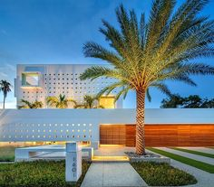 Spencer House is fortress-looking modern mansion located in Downtown Sarasota in Florida with many interesting and unexpected architectural features. Florida Mansion, Florida Home, Florida Usa, Seaside Florida, Sarasota Florida, Modern Entrance, Entrance Design, Architecture Design, Contemporary Architecture