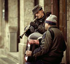 Eine wunderschöne Straßenszene mit der Kamera eingefangen: Das Duo Akkordeon- Klarinette spielte tollen Jazz. Vom Flickr-Nutzer FДЬIДИ. Stichworte: #Accordion, #Art, #Photography