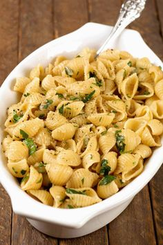 Garlic-Buttered Pasta Shells: This is an easy and versatile pasta side dish that complements simple main dishes like roast chicken, pan-seared pork chops, grilled steak and broiled fish. Pork Chop Side Dishes, Sides For Pork Chops, Side Dishes For Fish, Steak Sides, Side Dishes For Chicken, Pasta Side Dishes, Pasta Sides, Main Dishes, Steak Side Dishes Easy