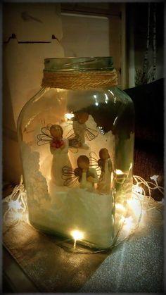 Vanhaan lasipurkkiin laitettu merisuola nousemaan ja sisälle enkeleitä ja pikkaset jouluvalot laitettu lasiastian ympärille kiertämään….