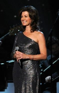Amy Grant manages to be sparkly but not over-the-top. I respect that. Christian Singers, Christian Music, Music Ministry, Amy Grant, Vince Gill, Female Singers, Country Christmas, Love Her, Pin Up