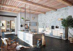 Odkryta więźba dachowa lub drewniane belki, cegła lub beton na ścianie, stylowe oświetlenie to główne wyznaczniki stylu loft w kuchni.Fot. Wellmann